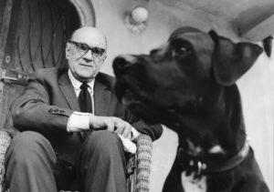 1963 Stawisko n/z Jaroslaw Iwaszkiewicz z psem Tropkiem fot. Tadeusz Rolke/archiwum Muzeum w Stawisku/FOTONOVA